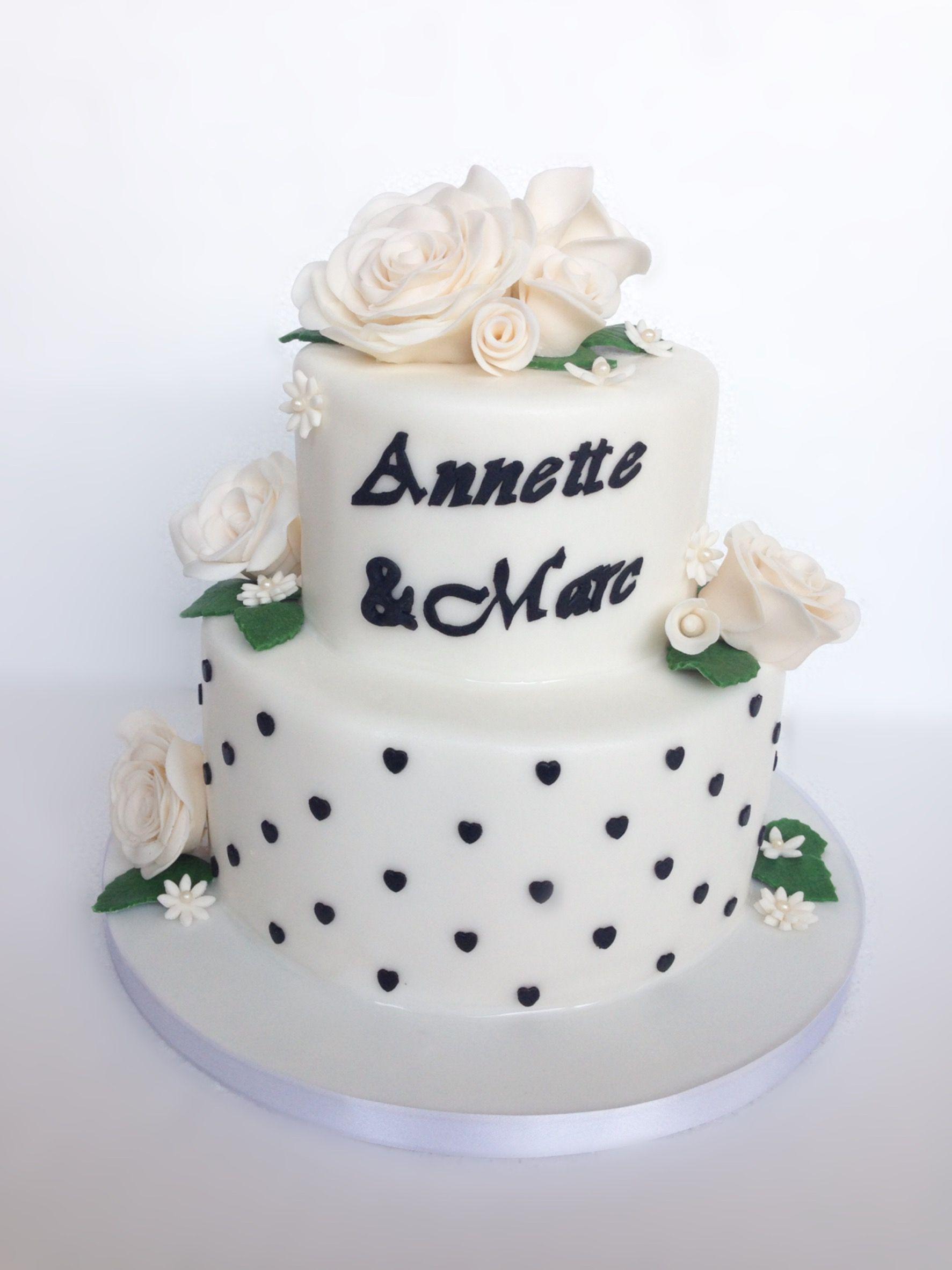 Hochzeitstorte Torte Mit Weissen Rosen Aus Fondant Zweistockig
