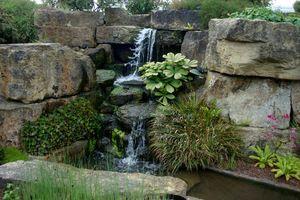 Mały Wodospad W Ogrodzie Skalnym Ogrody Ogrody Ogród I