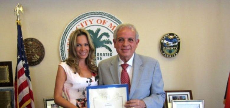 Natalia Denegri, distinguida en Miami por su labor solidaria.  La actriz recibió el diploma por parte del Alcalde de la ciudad y, muy emocionada, aseguró que ama llevar a cabo esta tarea.