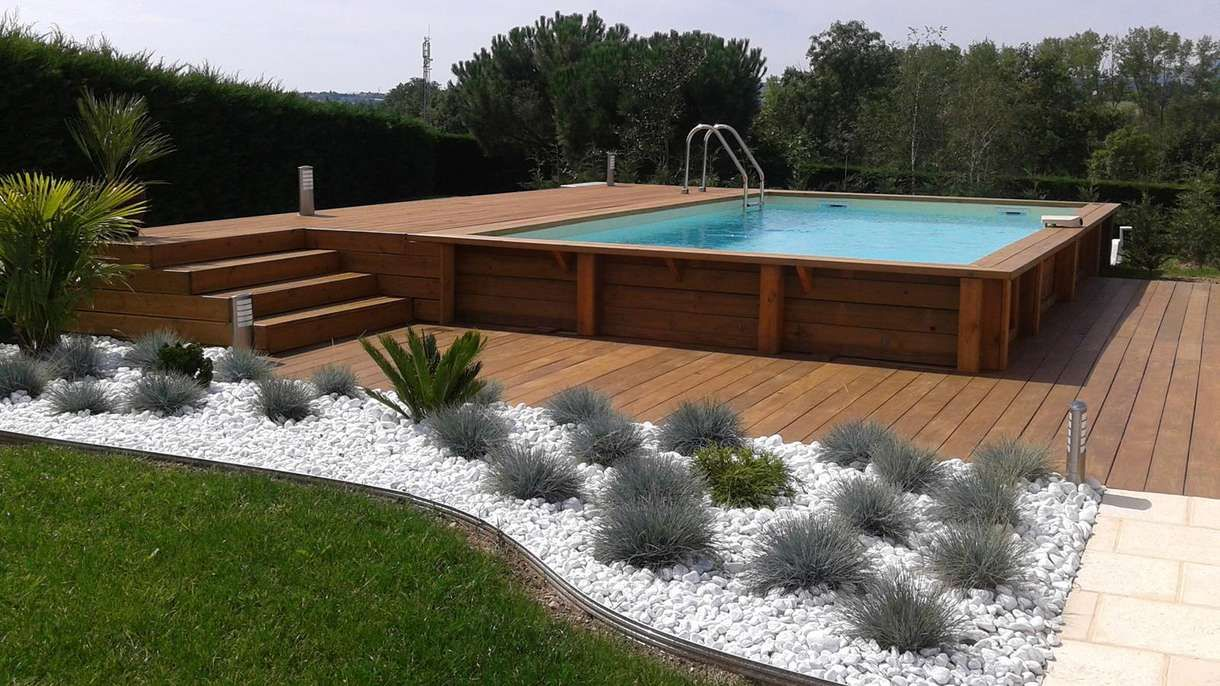20 piscines qui prouvent que les structures hors sol for Piscine semi enterree bois hexagonale