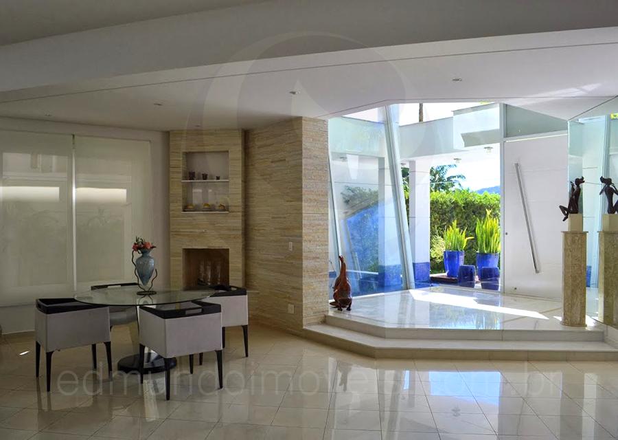 O hall de entrada foi separado dos demais ambientes do for Ambientes casas modernas