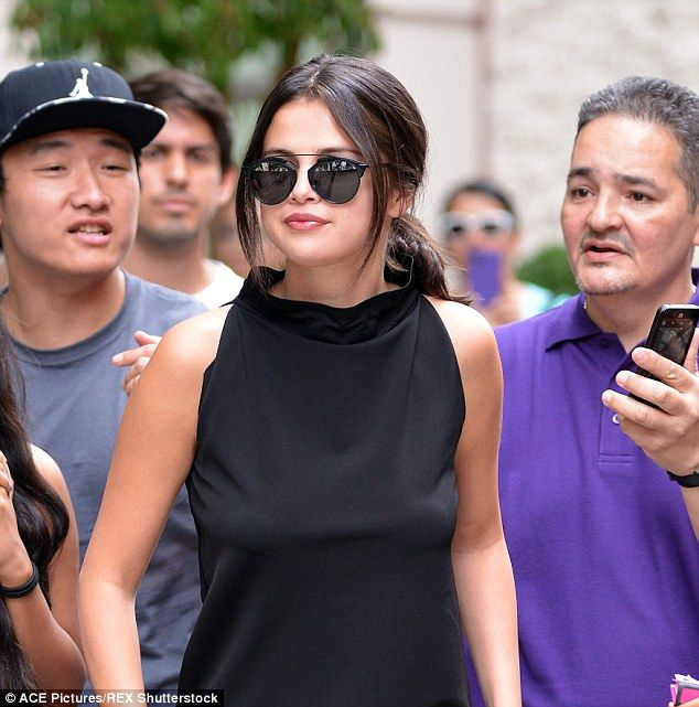 Selena Gomez proves less is more in striking simple all-black ... 76cc170f3860
