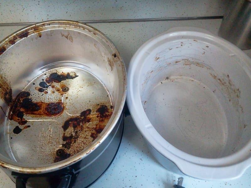 Um pouco de limpador de forno (em um cômodo bem ventilado ou fora de casa) e um pouco de algum produto que tire manchas de utensílios devem tirar toda a sujeira. Pegue as instruções completas aqui.