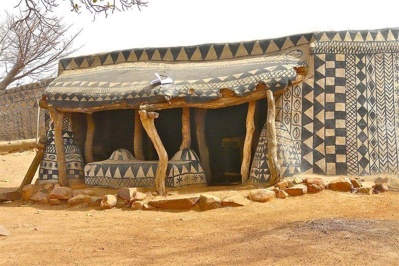 Tiébélé es conocida por su increíble arquitectura tradicional Gourounsi y las elaboradamente paredes decoradas de sus casas.