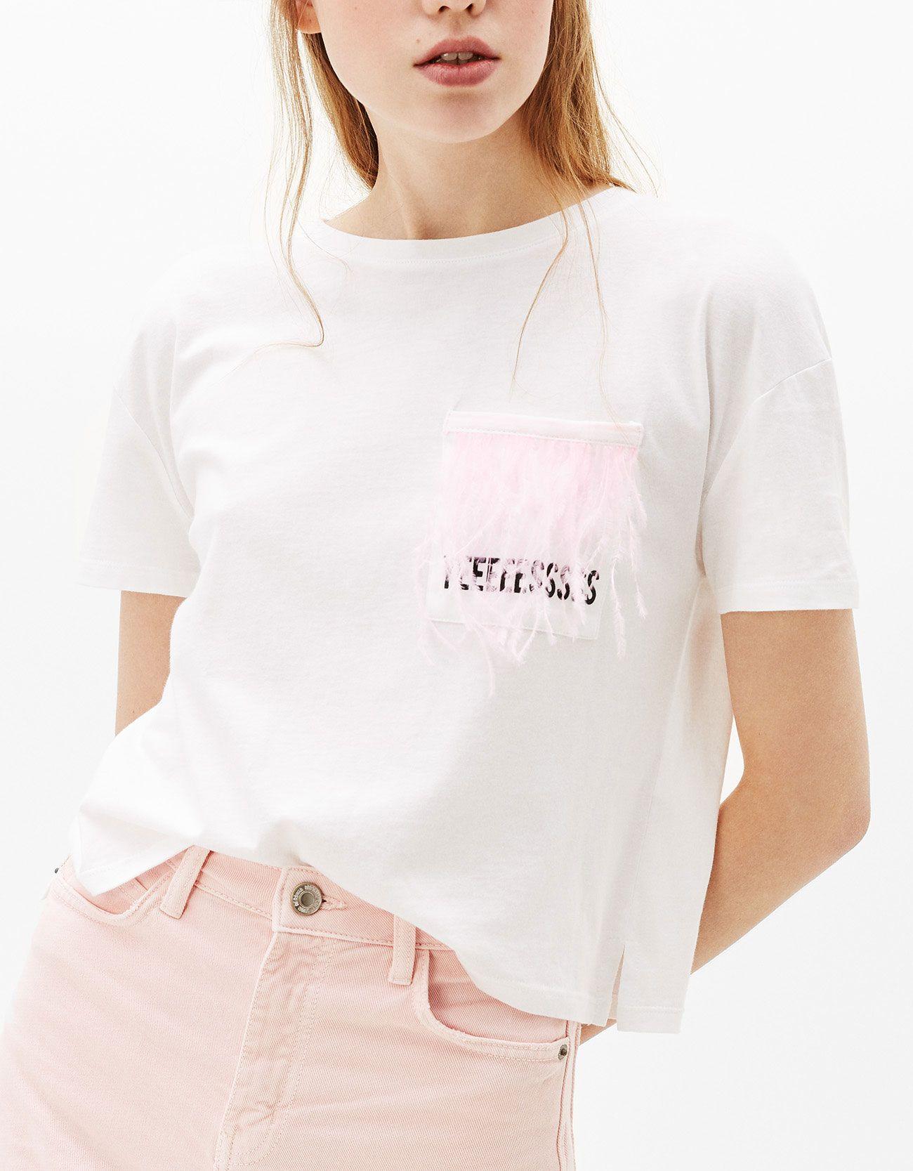 Camiseta cropped bolsillo plumas. Descubre ésta y muchas otras prendas en Bershka con nuevos productos cada semana