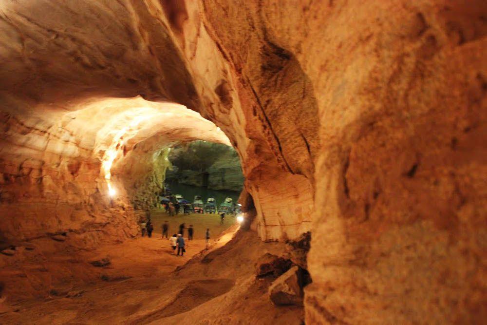 A Caverna Phong Nha faz parte do Parque Nacional Phong Nha, declarado pela UNESCO, Património Mundial, localizado na província de Quang Binh, no Vietnã