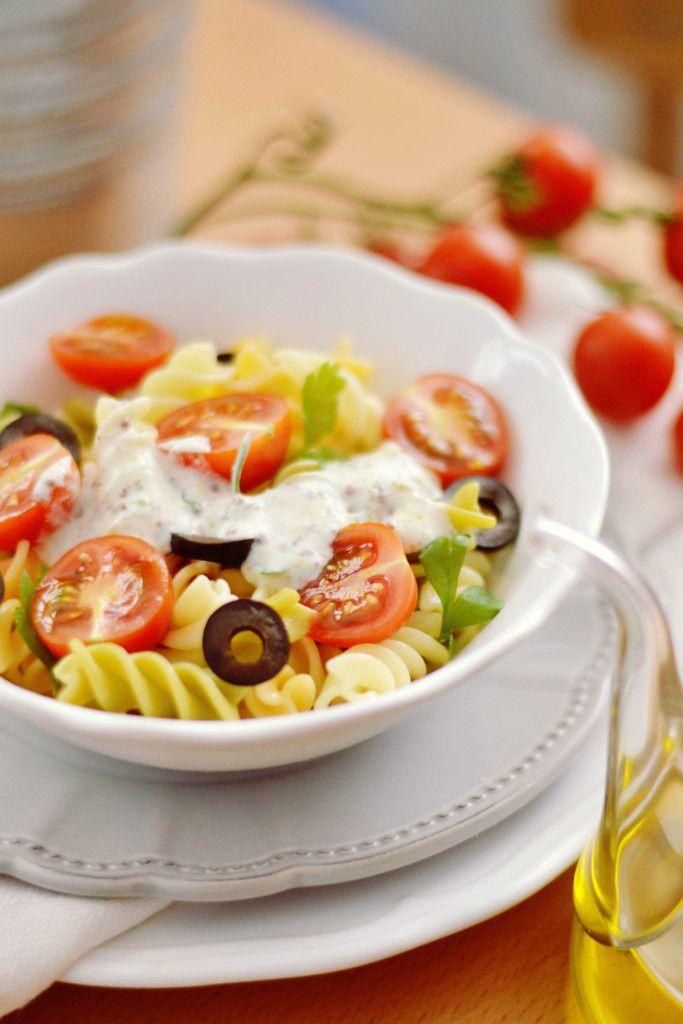 Ensalada de pasta veraniega con una salsa de yogur, una receta muy sana y…
