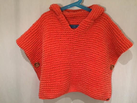 Poncho para niños tejido a mano en color coral.  8498da16f1b