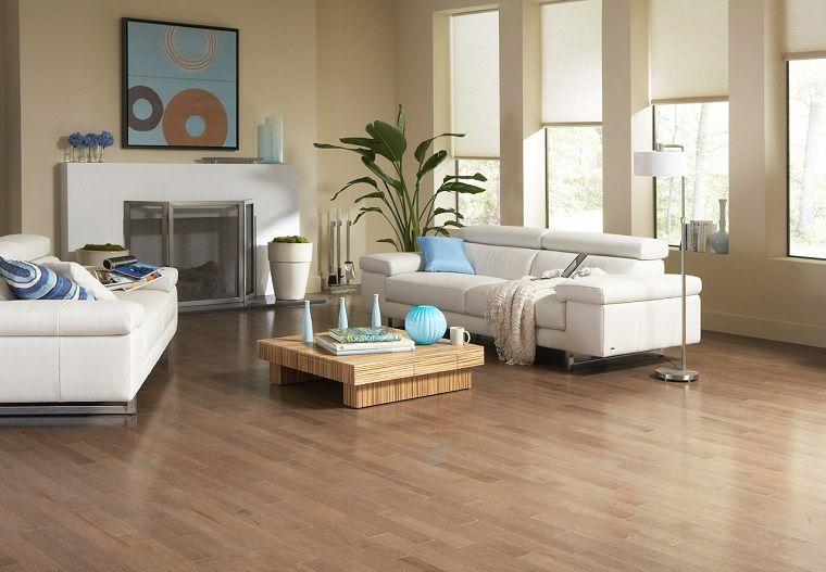 Divani Bianchi Moderni : Pavimento in parquet chiaro in un salotto con divani bianchi