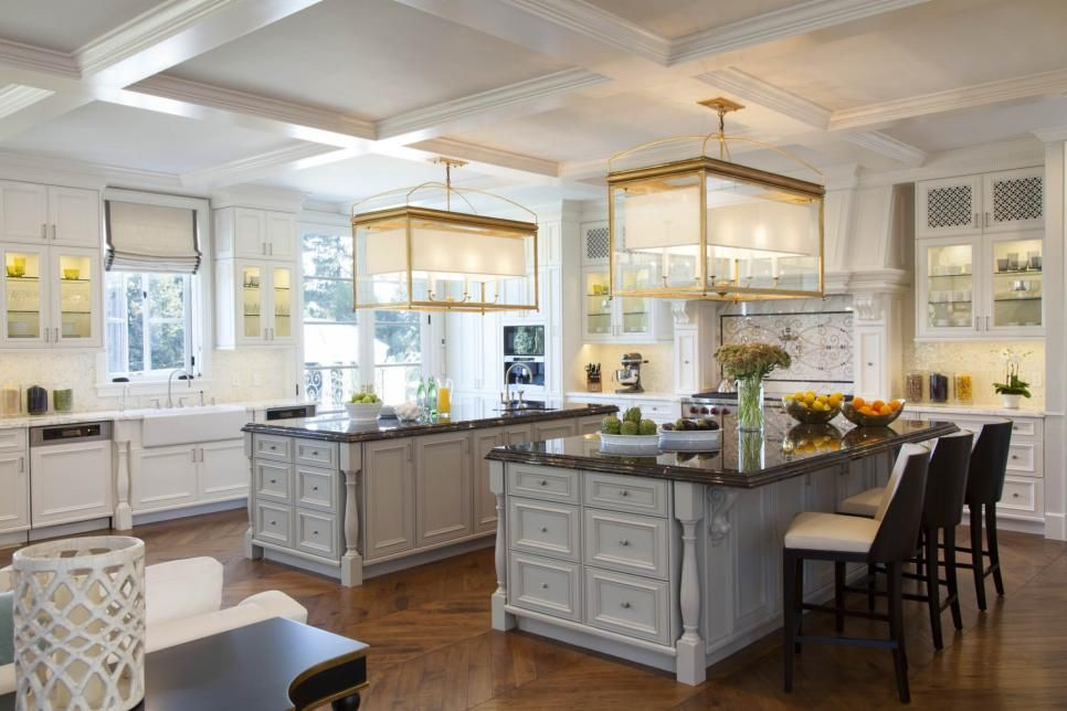 Want to take a peek inside the glamorous homes of your favorite actors, musicians and athletes? Browse photos of celebrity homes and discover their luxurious amenities.