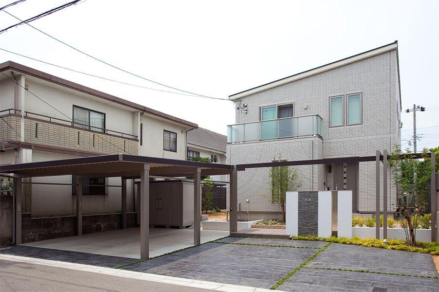 越前市 Lixil カーポート ウィンスリーポート ディーズガーデン プラスg Hi Zero 変形の駐車スペースを立体的なデザインに施した重厚感あふれるエントランス 外構 エクステリアのことならリバーフォレストへ ガーデニング 外構工事 お庭をお考えの方 外構