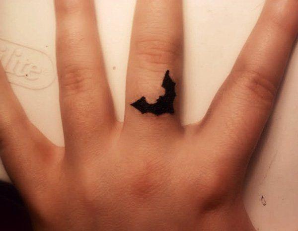 petit tattoo logo batman sur le doigt tatouage femme doigt pinterest petit tattoo logo. Black Bedroom Furniture Sets. Home Design Ideas