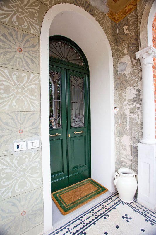 Porta di ingresso bicolore verde e bianco ad arco con for Modello di casa all interno
