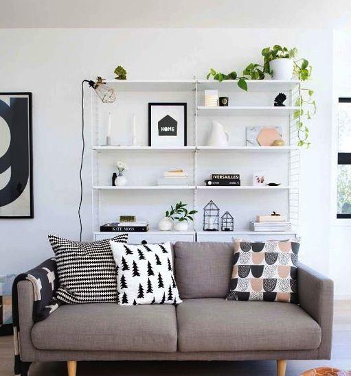 woonkamer grijze bank met kast erachter interieur en decoratie