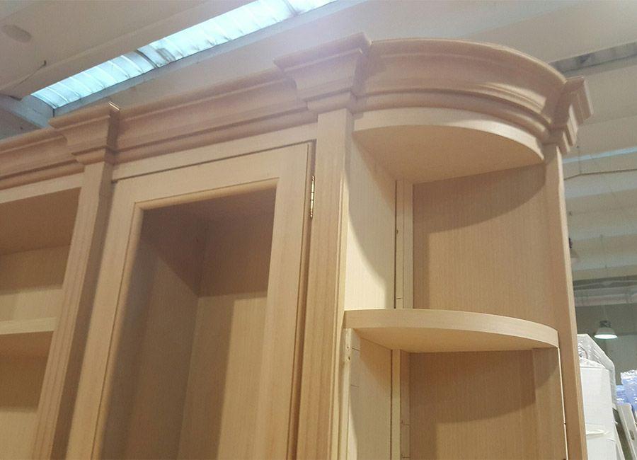Cornice grezza in legno massello per libreria su misura.