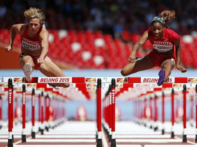 Isabelle Pedersen ir Kendra Harrison moterų 100 m su kliūtimis bėgime Pekine, rugpjūčio 27 d., Reuters/Scanpix nuotr.