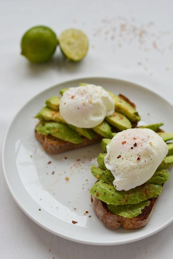 this AVOCADO AND POACHED EGG BRUNCH TOAST is so yumm!! You must see the complete recipes.