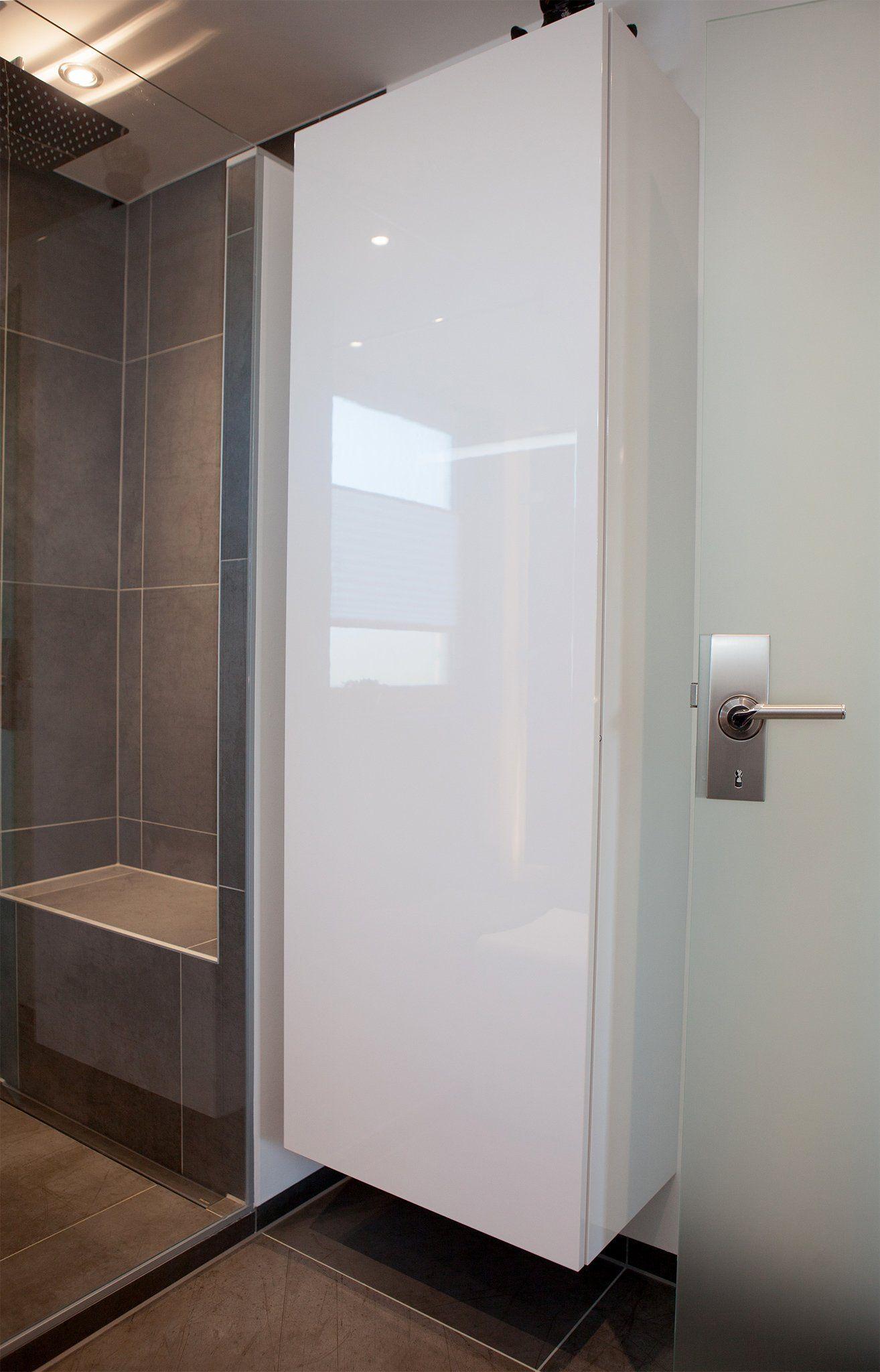 Großer, weißer Hängeschrank im Bad | Bad | Pinterest | Hängeschrank ...