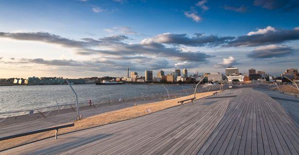 空と横浜の街並みが望める横浜大桟橋からの美しい景色。