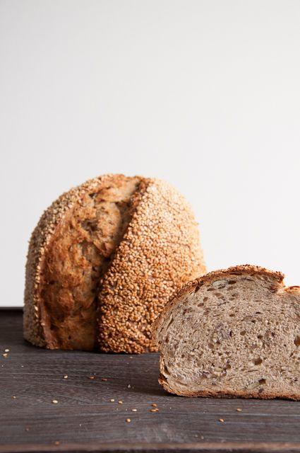 Frisch gebackenes Brot mit vielen Kernen und Haferflocken | Backeifer.de