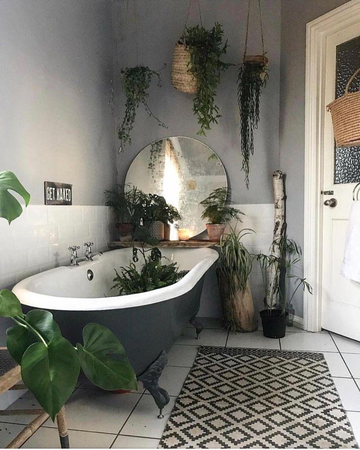 Badezimmer mit frei stehender Badewanne und Pflanzen #whitebathroompaint