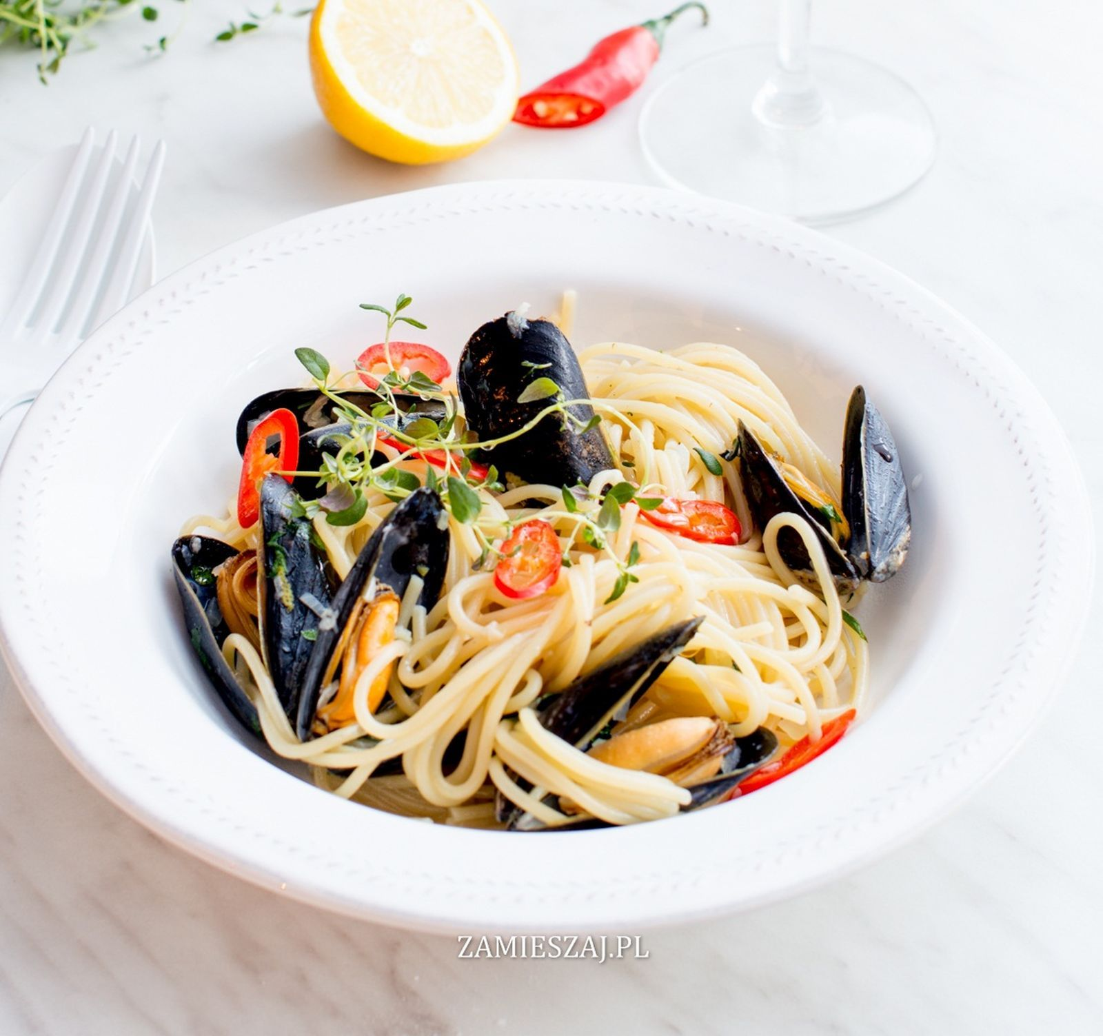 Spaghetti with mussels, chilli, parsley and lemon