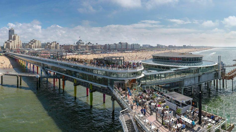 De Scheveningen Pier En Het Strand Bij Het Grand Hotel Kurhaus