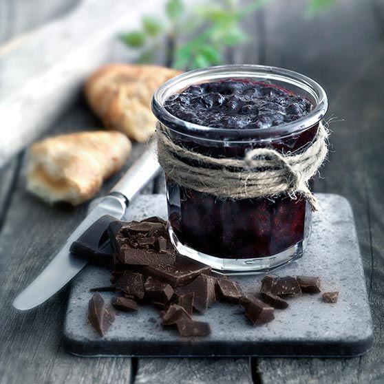 Kirsebærmarmelade med mørk sjokolade - http://www.dansukker.no/no/oppskrifter/kirsebaermarmelade-med-moerk-sjokolade.aspx #kirsebær #oppskrift #marmelade #sylte #sjokolade
