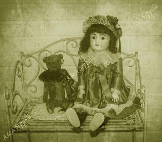 Käsintehty nallekarhu ja antiikkinukke. Handmade teddybear and an antique doll. #AASeppälä #Seppälä #Seppala #vintage #antique