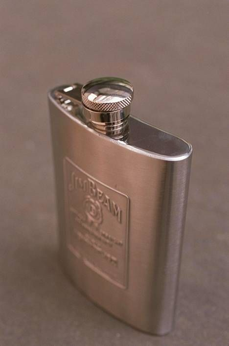 Taskumatti. Käyttötarkoitukseltaan lähinnä väkijuomisen säilömiseen tarkoitettu litteä, tavallisesti metallista valmistettu, pullo.