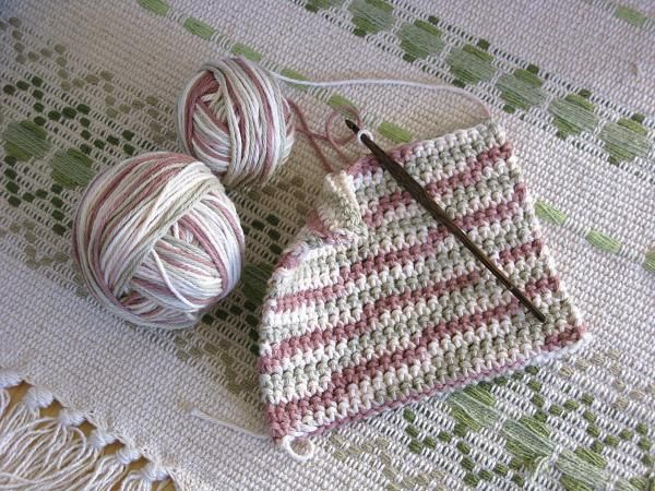 Miss Abigail's Hope Chest: tutorial for an extra-thick crocheted hot pad (the way the sc's are made creates a thick texture! how about a bag with this stitch???)