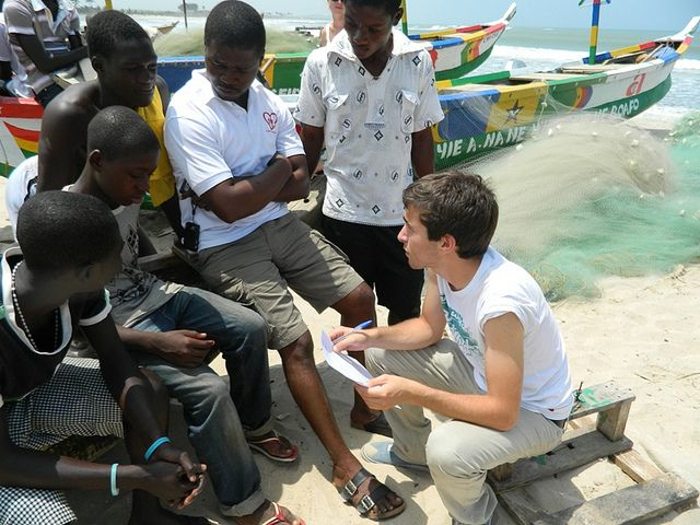 A UBELONG volunteer working with local youth in Accra. Ghana. #volunteer #ghana #africa | Volunteer abroad. Volunteer. Volunteer work