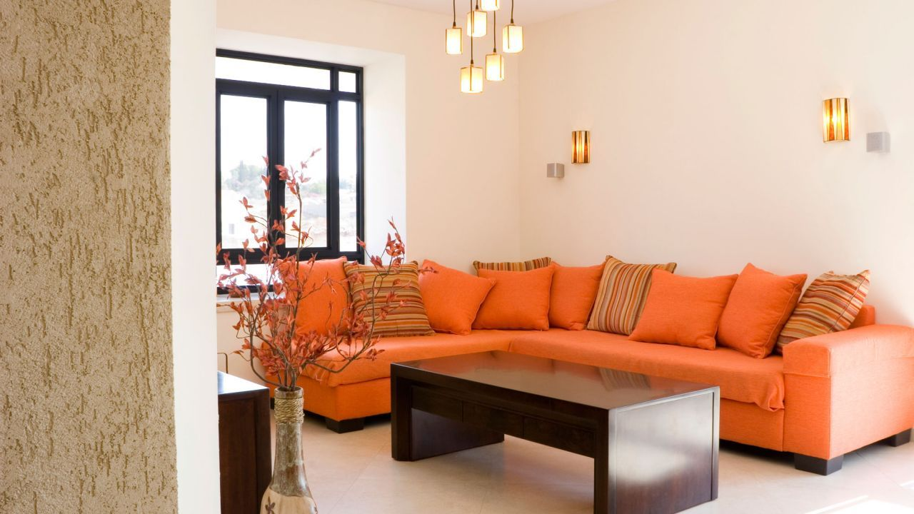 Sof de color naranja en sal n casita pinterest sof for Color gris claro para paredes