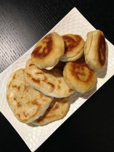 De petits pains prêts en 5 minutes à la poêle, garnis ou non de fromage