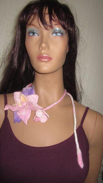 Armstulpen - Filz Halsschmuck Blumen  Halskette Filzkette - ein Designerstück von Christine-Zauberland bei DaWanda