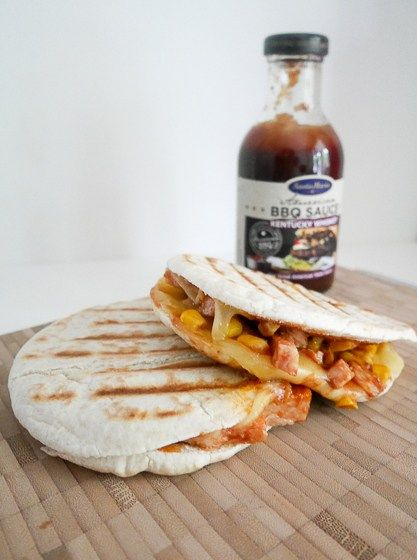 Pita met barbecue kip en gesmolten kaas | Foodaholic.nl