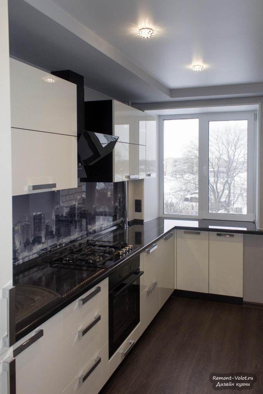 Черно-белая кухня 10 кв.м с глянцевыми фасадами и фартуком ...