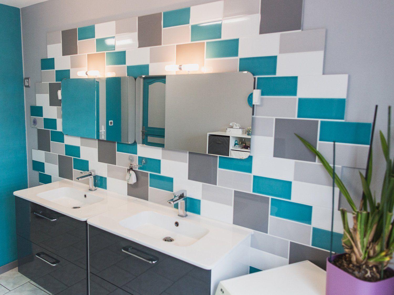 Un Carrelage Blanc Gris Bleu Mural Pour La Salle De Bain Carrelage Salle De Bain Salle De Bain Bleu Salle De Bain Turquoise