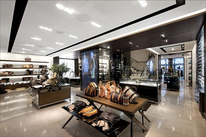 Moderne interieur van een tassenwinkel daardoor komen jongeren ...