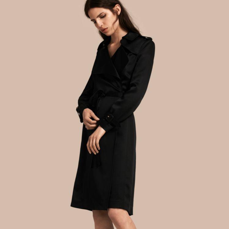 Vestido estilo trench coat en raso de seda con cierre cruzado