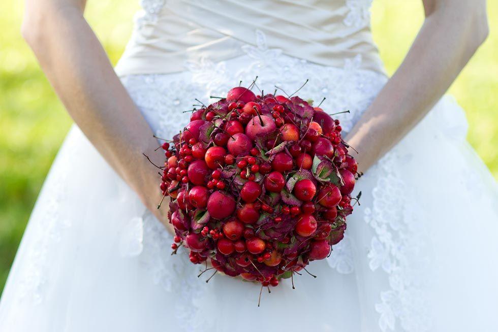 nat rlicher brautstrau aus hortensien hypericum in rot kleinen roten pfeln und kirschen bei. Black Bedroom Furniture Sets. Home Design Ideas