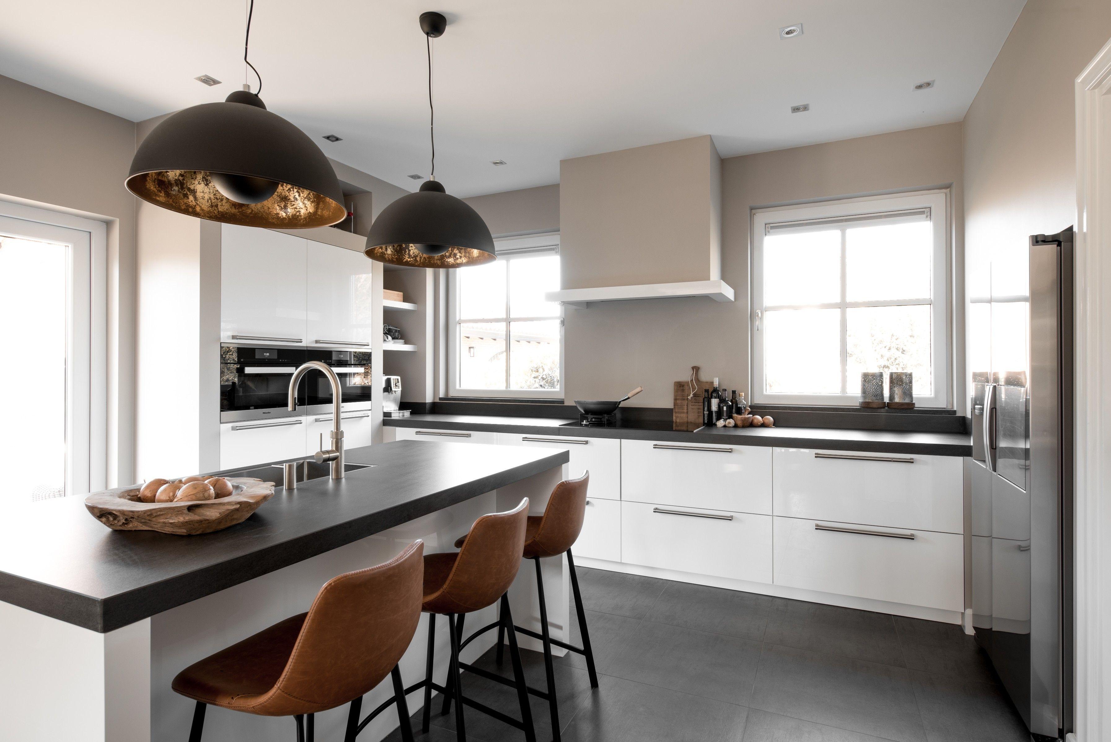 Deze Witte Eilandkeuken Van Middelkoop Combineert Zowel Elementen Van Een Landelijke Als Van Een Moderne Keuken Een Lan Ikea Keukenkasten Keuken L Vorm Keuken