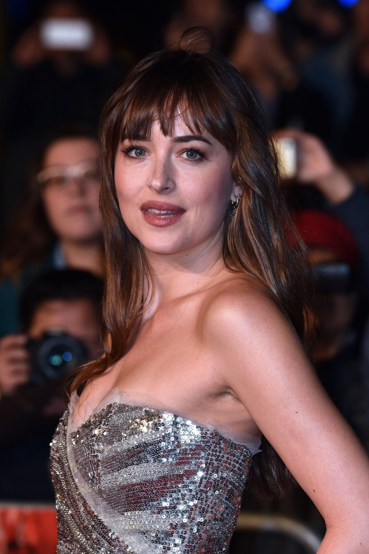 How To Style Side Swept Bangs Like 30 Of The Chicest Celebrities Dakota Johnson Side Swept