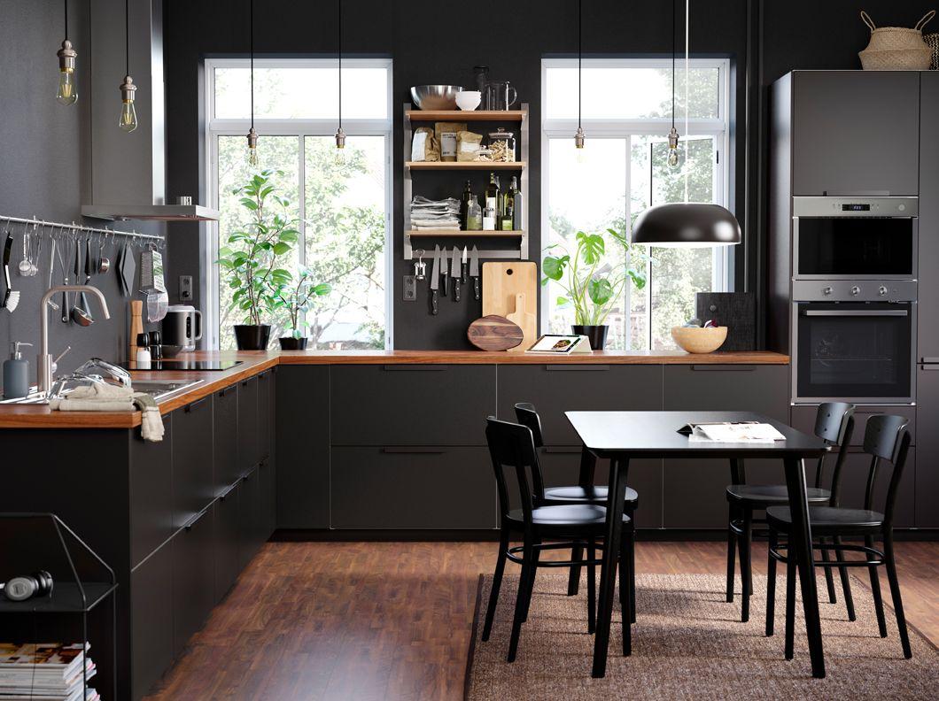 Eine elegante Küche mit KUNGSBACKA Fronten in Anthrazit und offener ...
