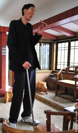 bao xishun 57 at 7 feet 9 inches regained his title as world 39 s tallest man after ukrainian. Black Bedroom Furniture Sets. Home Design Ideas