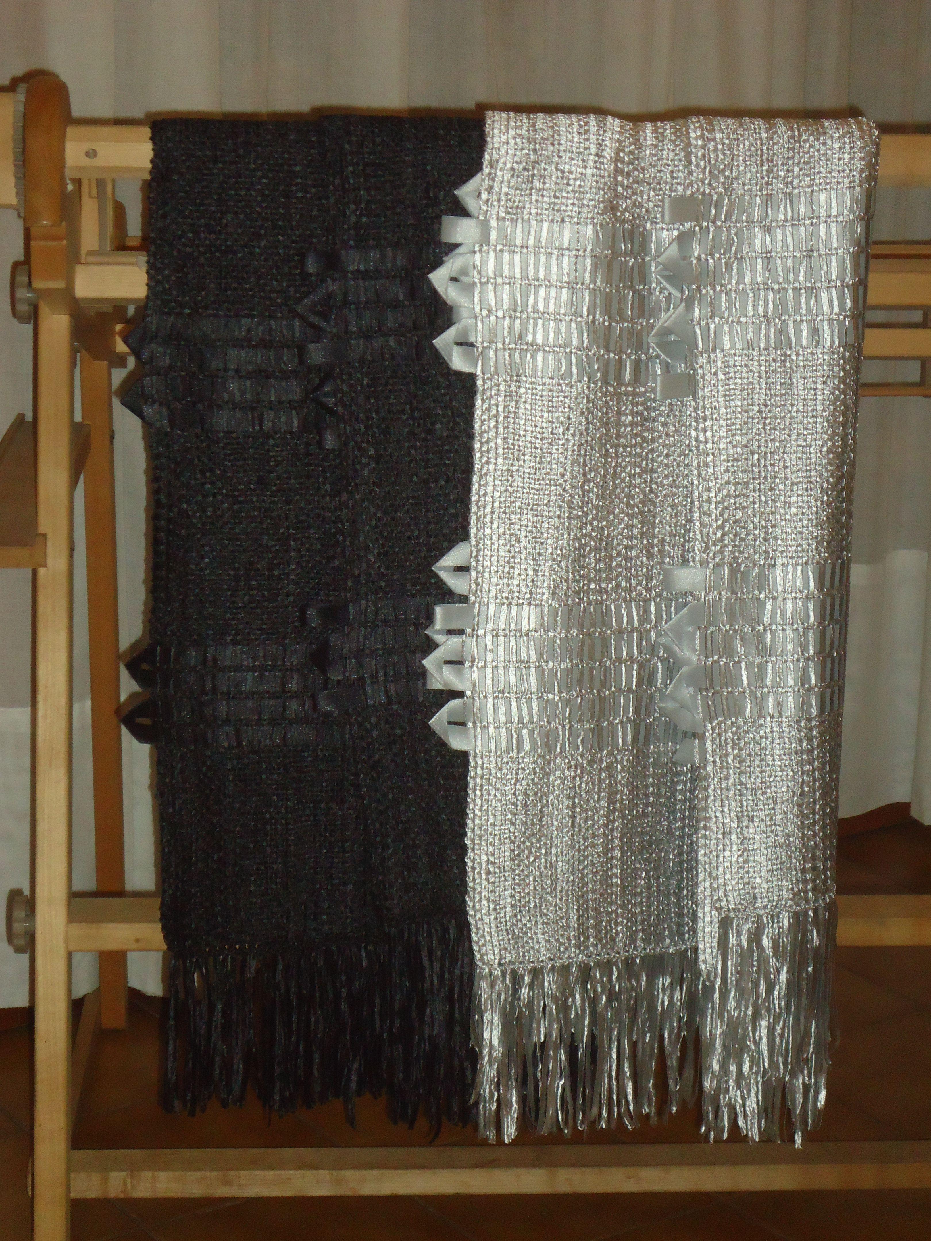 Chal tejido en telar en seda y saten con cintas de raso aplicadas.