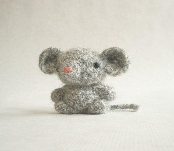 He encontrado este interesante anuncio de Etsy en https://www.etsy.com/es/listing/73010852/bitty-mouse-felted-crochet-toy