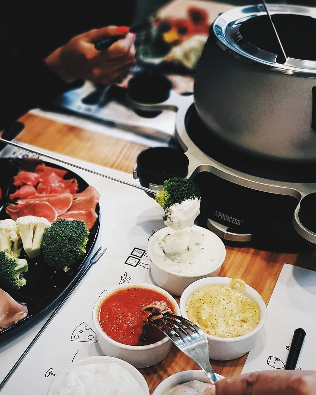 Les Essentiels Pour Un Souper De Fondue Chinoise Fraichement Presse Whole Food Recipes Food Bruschetta Ingredients