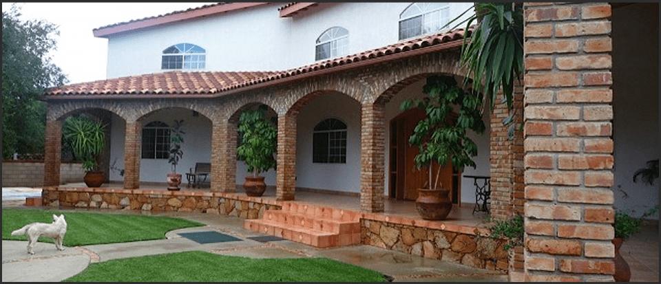 Acceso Y Terraza De Casa Colonial Con Columnas Y Arcos De