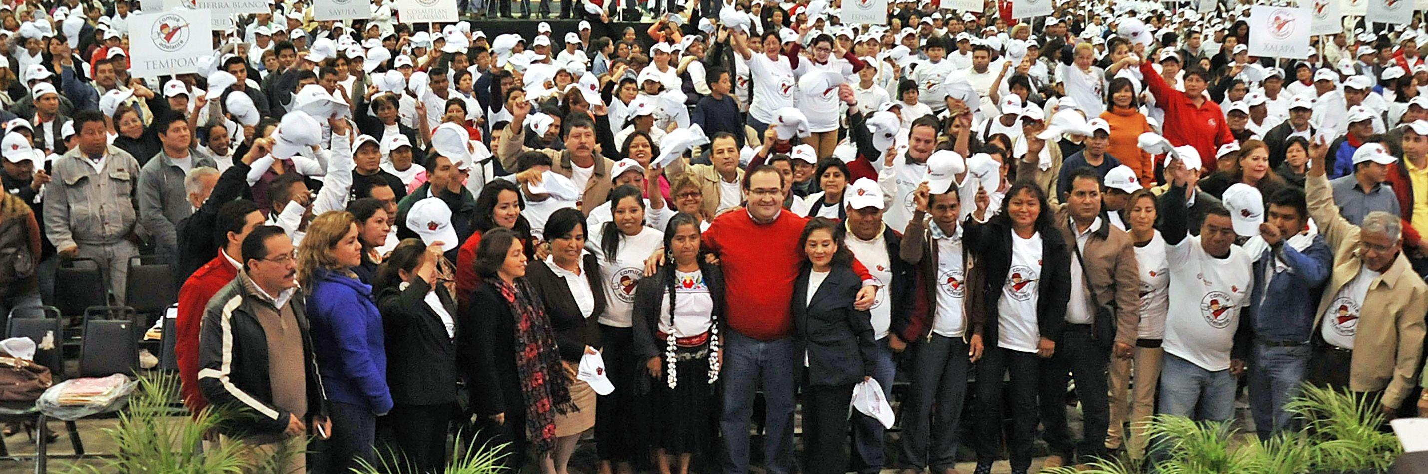 Ante más de tres mil integrantes de los Comités Adelante, el Gobernador les expresó que su labor significa algo muy especial para Veracruz, pues en tan sólo tres años el programa Adelante ha beneficiado a 4.1 millones de veracruzanos.